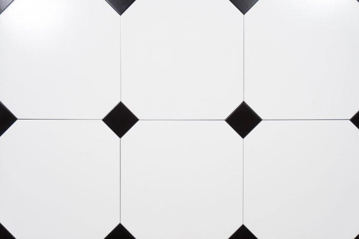Achteck-Fliesen in weiß verlegt