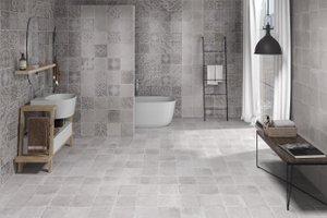 komplett gefliestes Badezimmer mit grauen Wand- und Bodenfliesen