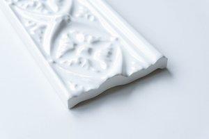 weiße gemusterte Bordüre