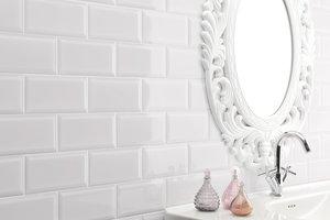 mit weißen Metro Fliesen geflieste Badezimmerwand