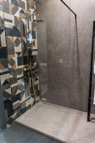 barrierefreie Dusche mit grauen Bodenfliesen