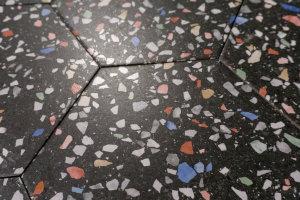schwarze Sechseck-Fliesen mit Konfetti-Muster