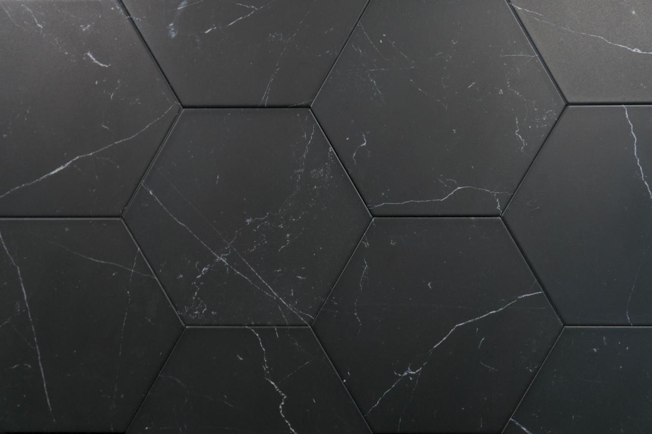sechseckige Fliesen schwarz marmoriert